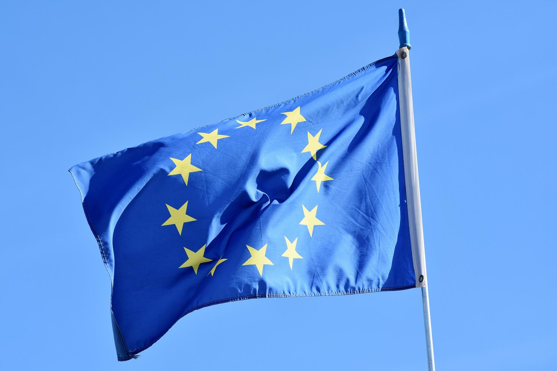 EU-flaggan i vinden.